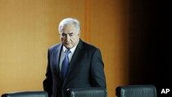 លោក ដូមីនីក ស្ដ្រូសខាន់ (Dominique Strauss-Kahn) នាយកមូលនិធិរូបិយវត្ថុអន្ដរជាតិ (IFM)