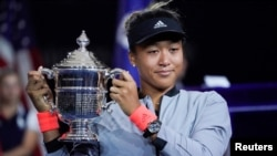 Naomi Osaka of Japan holds the U.S. Open trophy after beating Serena Williams of the USA in the women's final of the 2018 U.S. Open tennis tournament at the USTA Billie Jean King National Tennis Center in New York, Sept, 8, 2018. (R. Deutsch/USA Today)