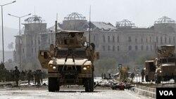 Pasukan AS menginspeksi lokasi bom mobil bunuh diri di Kabul, Sabtu (29/10).