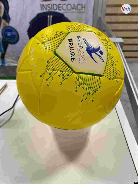 """Este balón """"inteligente"""" muestra la mejor manera manipularlo en el deporte. Iacopo D Luzi/VOA."""
