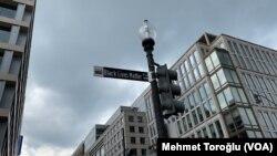 6 Haziran 2020 - Beyaz Saray karşısındaki caddenin adı Black Lives Matter (Siyahların Hayatları Önemlidir) olarak değiştirildi