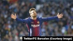 Lionel Messi, les mains levées, célèbre le 2e but du FC Barcelone lors du clasico contre le Real Madrid comptant pour la 17e journée de la Liga espagnole, samedi 23 décembre 2017. (Twitter/FC Barcelone)