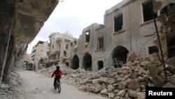 Edificios en el área en poder de los rebeldes en la ciudad vieja de Alepo, Siria, han sido dañados por bombardeos.