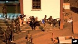 ກຳລັງທີ່ຈົງຮັກພັກດິຕໍ່ທ່ານ Alassane Ouattara ປະທານາທິບໍດີ ທີ່ນາໆຊາດຮັບຮູ້ຂອງ Ivory Coast ປິດລ້ອມທຳນຽບປະທານາທິບໍດີ ທີ່ນະຄອນຫຼວງ Abidjan (1 ເມສາ 2011)