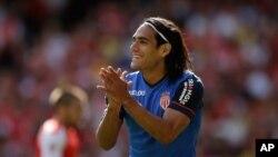 El delantero colombiano Radamel Falcao deja el Mónaco francés y llega por un año al Manchester United.
