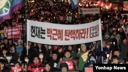 박근혜 대통령 탄핵심판 최종 선고를 하루 앞둔 9일 촛불집회 참가자들이 서울 종로구 헌법재판소 방향으로 행진하고 있다.