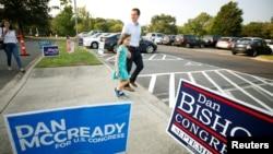 Demokratski kandidat Den Mekridi sa ćerkom ispred glasačkom mesta, Šarlot, Severna Karolina, 10. septembar 2019.