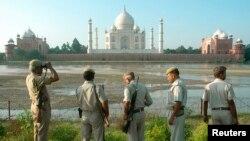 Patrouille de police sur les bord de la rivière Yamuna, en face du Taj Mahal