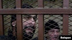 警方上个月在开罗一家公共浴场逮捕了26名在那里寻找同性恋的男子。这是他们中的一些人在法院判他们无罪后的反应,2015年1月12日。