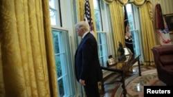 El presidente de los Estados Unidos, Donald Trump, mira por la ventana de la Oficina Oval tras una entrevista con Reuters en la Casa Blanca en Washington, EE.UU., el 27 de abril de 2017.