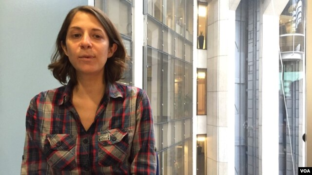 Josie Cohen, Senior Land Campaigner at Global Witness talks to VOA Khmer at Global Witness head office in London about land grabbing issues in Cambodia, November 19, 2015. (Phorn Bopha/VOA Khmer)
