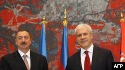İlham Aliyev ve Boris Tadiç Belgrat'ta el sıkışırken