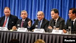 Delegados del gobierno colombiano y de las FARC acuerdan aplazar el inicio de las negociaciones para el 19 de noviembre.