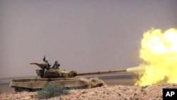 Xe tăng của nhóm Nhà nước Hồi giáo đụng độ với lực lượng chính phủ Syria trên con đường giữa thành phố Homs và Palmyra, Syria.