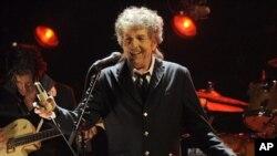 Bob Dylan dalam sebuah pertunjukannya di Los Angeles awal tahun ini (Foto: dok). Bob Dylan merupakan salah satu dari tiga belas penerima anugerah 'Medal of Freedom' dari Presiden Obama musim semi tahun ini.