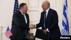 Sekretari amerikan i Shtetit Mike Pompeo dhe Ministri i Jashtëm Nikos Dendias pas nënshkrimit të Marrëveshjes së Ndërsjelltë të Bashkëpunimit për Mbrojtjen (foto REUTERS)