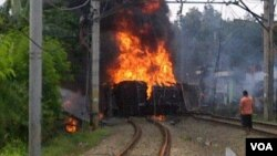 A train burns after crashing in Jakarta, Dec. 9, 2013. (Andy Lala Waluyo for VOA)