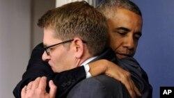 제이 카니 미국 백악관 대변인(오른쪽)이 30일 백악관에서 사임 의사를 밝힌 후, 바락 오바마 대통령이 카니 대변인과 포옹하고 있다.