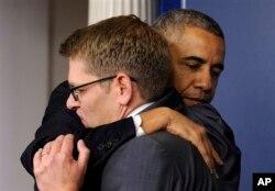 Tổng thống Obama ôm ông Jay Carney trong chuyến thăm bất ngờ tới Phòng họp báo Brady sau khi ông Carney thông báo quyết định từ nhiệm vào tháng 6