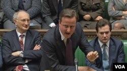 Perdana Menteri David Cameron (tengah) memberi penjelasan soal kebijakan veto yang diambil dalam pertemuan Uni Eropa di Brussels, kepada para anggota parlemen Inggris di London (12/12).