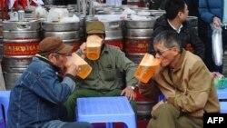Theo thống kê của bộ Y Tế, tỷ lệ sử dụng rượu bia ở Việt Nam ngày càng gia tăng nhanh và đang ở mức báo động với mức tiêu thụ hơn 3,4 tỷ lít bia và khoảng 360 triệu lít rượu trong năm 2015.