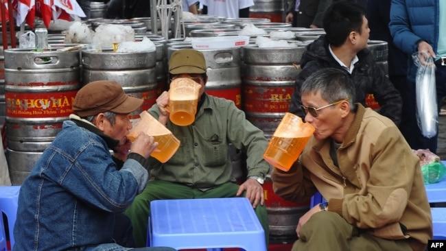 """Nam giới Việt Nam đang tiêu thụ rượu, bia ở mức """"nguy hiểm""""."""