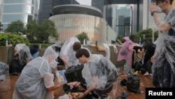 香港市民2019年6月13日在香港立法会大楼外请理6.12大游行发生暴力冲突后余留下的垃圾。