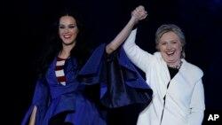 Katy Perry, kenbe men kandida pati Demokrat la pou pòs Prezidan Lèzetazini, Hillary Clinton. 5 Novanm, 2016, nan Philadelphia.