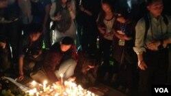 居港法國人及民眾燭光悼念巴黎遇難者(美國之音海彥拍攝)