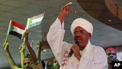 Tổng thống Sudan Omar al-Bashir diễn thuyết trước một đám đông rằng Sudan sẽ dạy cho chính phủ miền Nam 'một bài học bằng vũ lực'