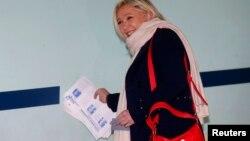 ຜູ້ນຳພັກແນວໂຮມແຫ່ງຊາດຝຣັ່ງ (French National Front) ແລະ ຜູ້ລົງສະມັກເລືອກຕັ້ງ ທ່ານນາງ Marine Le Pen ທີ່ເກັບກຳເອົາບັດລົງຄະແນນສຽງ ພວມໄປເຖິງ ໜ່ວຍປ່ອນບັດ ໃນລະຫວ່າງການເລືອກຕັ້ງ ຮອບທຳອິດ ໃນຂົງເຂດຂອງທ້ອງຖິ່ນ ໃນເມືອງ Henin-Beaumont, ປະເທດຝຣັ່ງ, ວັນທີ 6 ທັນວາ 2015.