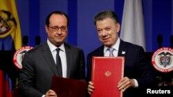 Presiden Perancis Francois Hollande (kiri) dan mitranya dari Kolombia Juan Manuel Santos dalam konferensi pers gabungan di Bogota (23/1). (Reuters/Inalper Castillo)