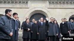 Menteri Taiwan Urusan Hubungan China, Wang Yu-chi (depan kanan) melambaikan tangannya seusai mengunjungi makam Sun Yat-sen di Nanjing, provinsi Jiangsu (12/2).