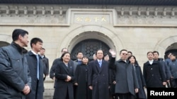 Taiwan's Mainland Affairs Minister Wang Yu-chi (front R) leaves the Sun Yat-Sen mausoleum in Nanjing, Jiangsu province, Feb. 12, 2014.