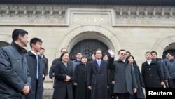 台湾陆委会主委王郁琦在南京祭拜中山陵后向人群挥手致意。(2014年2月12日)
