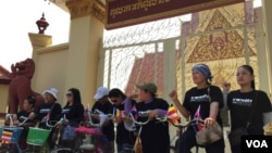 Tep Vanny along with other housing rights activists for Boeung Kak neighborhood gathered at the gate of the Supreme Court in Phnom Penh, Cambodia, Wednesday, March 2, 2016 . (Hul Reaksmey/VOA Khmer)