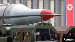 지난 2012년 6월 평양 김일성 광장에서 열린 열병식에 등장한 북한 미사일. (자료사진)