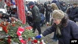 Những người tham gia biểu tình đặt hoa tại địa điểm, nơi anh Yegor Sveridov--28 tuổi, dân Moscow, bị giết hôm 5 tháng 12