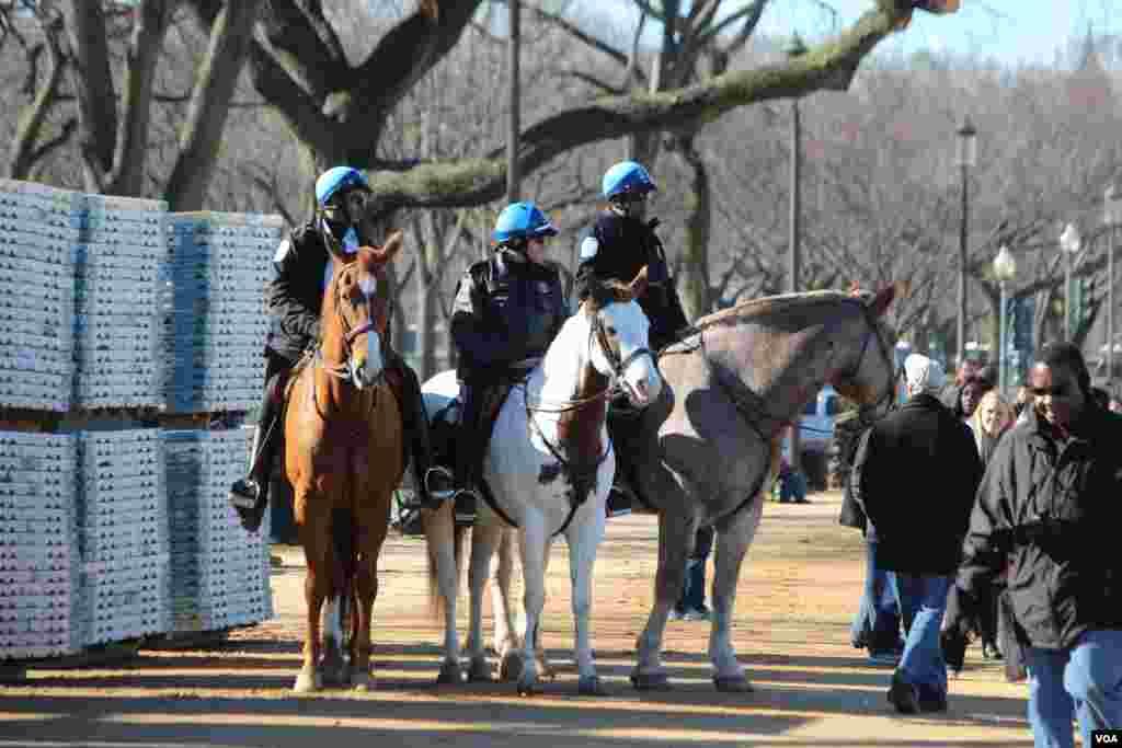 Cảnh sát cưỡi ngựa tuần tra ở Quảng trường Quốc gia trước lễ nhậm chức của Tổng thống Obama, ngày 20/1/2013. (VOA / I. Blanco)