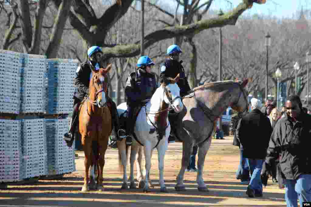 Police on horses patrol on the National Mall ahead of the Obama inauguration festivities, January 20, 2013. (VOA/I. Blanco)