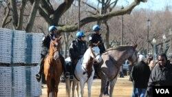Cảnh sát cưỡi ngựa tuần tra ở Quảng trường Quốc gia trước lễ nhậm chức của Tổng thống Obama