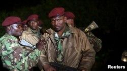 Beberapa tentara Kenya siaga dengan senjata mereka saat mengepung pusat perbelanjaan 'Westgate ' di Nairobi (23/9).