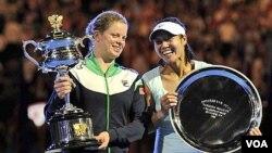 Petenis Belgia Kim Clijsters, kiri, memegang pialanya dengan runner-up Li Na setelah memenangkan final tunggal putri Australia Terbuka hari Sabtu (29/1). Clijsters akan bertanding kembali dalam turnamen Piala Fed akhir pekan ini.