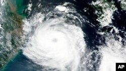Pada 25 Agustus 2020, citra satelit yang dirilis oleh NASA menunjukkan Topan Bavi di dekat Pulau Jeju di Korea Selatan. (Foto: AP)