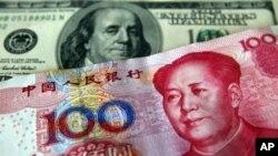 ក្រដាសប្រាក់ yuan ត្រូវបានបង្ហាញនៅជាប់នឹងប្រាក់ដុល្លារអាមេរិក (ខាងក្រោយ) សម្រាប់អ្នកថតរូបនៅឯកន្លែងប្តូរប្រាក់ក្នុងព្រលានយន្តហោះ Taoyuan International កាលពីថ្ងៃទី១៨ មីនា ២០១០។