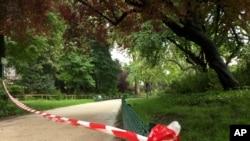 La police a établie un périmètre de sécurité au parc Monceau à Paris, le 28 mai 2016.