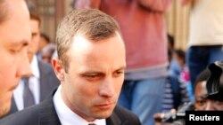 """Oscar Pistorius saat meninggalkan pengadilan tinggi """"North Gauteng"""" di Pretoria, 10 April 2014."""