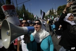 Une marche des Syriennes d'Athènes contre la violence dans leur pays