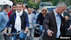 Francuski predsednik Emanuel Makron vozi sa suprugom bicikl sinoć pred današnje parlamentarne izbore u Francuskoj. 10. juni, 2017.