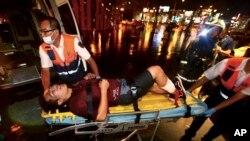 台北客车爆炸案后,急救人员帮助一名受伤的男士。(2016年7月7日)